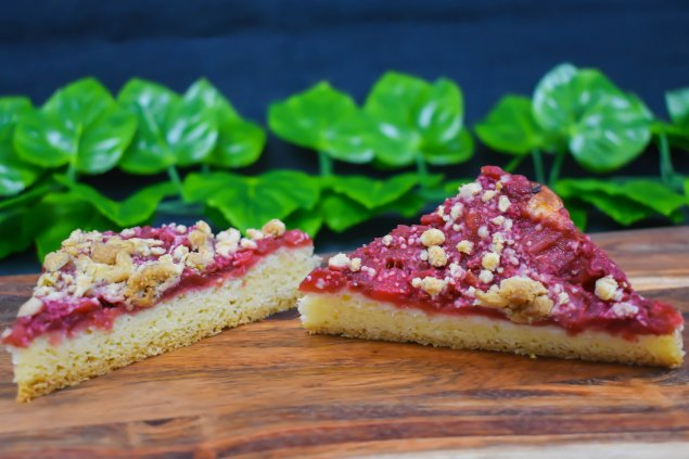 Rhubarb and apple slice with spiced oat crumble topping (v)